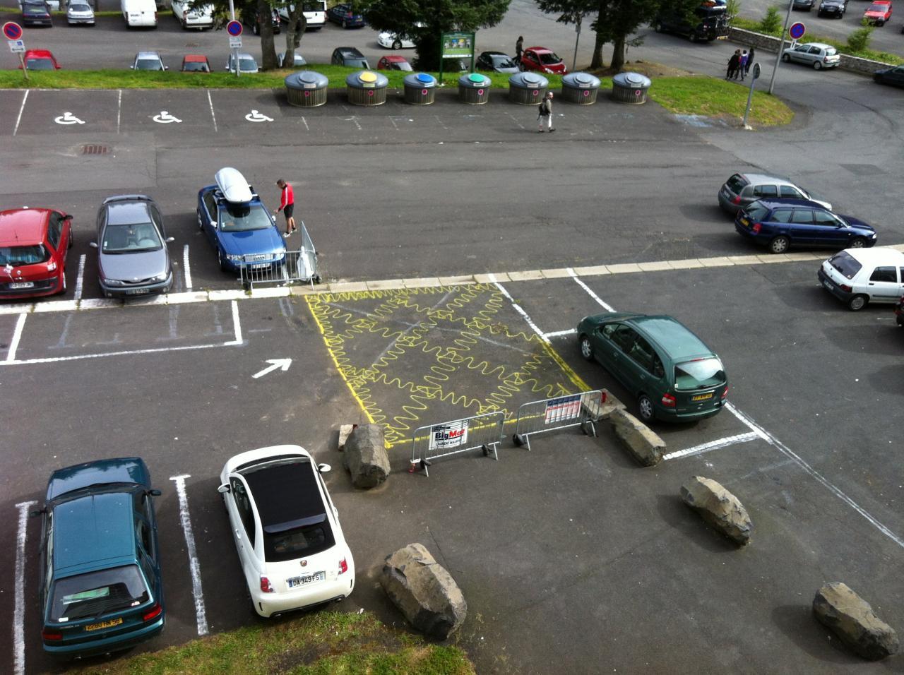 1 zone arrêt dépose minute signalé au sol
