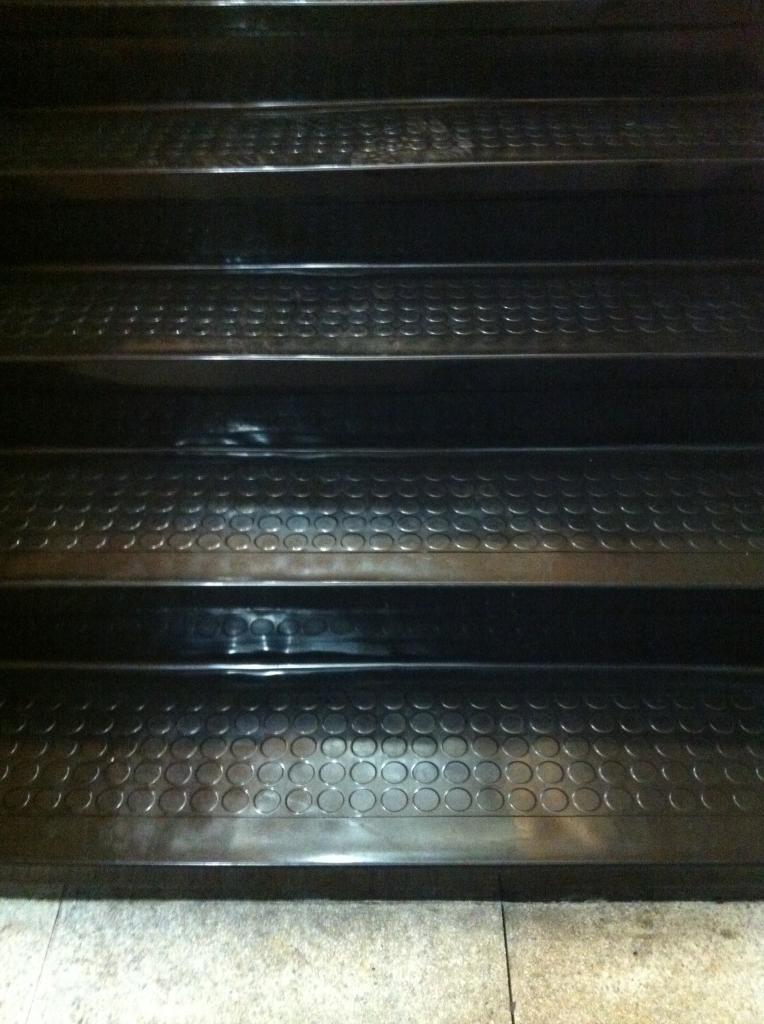 escalier sud : gros plan sur le revêtement