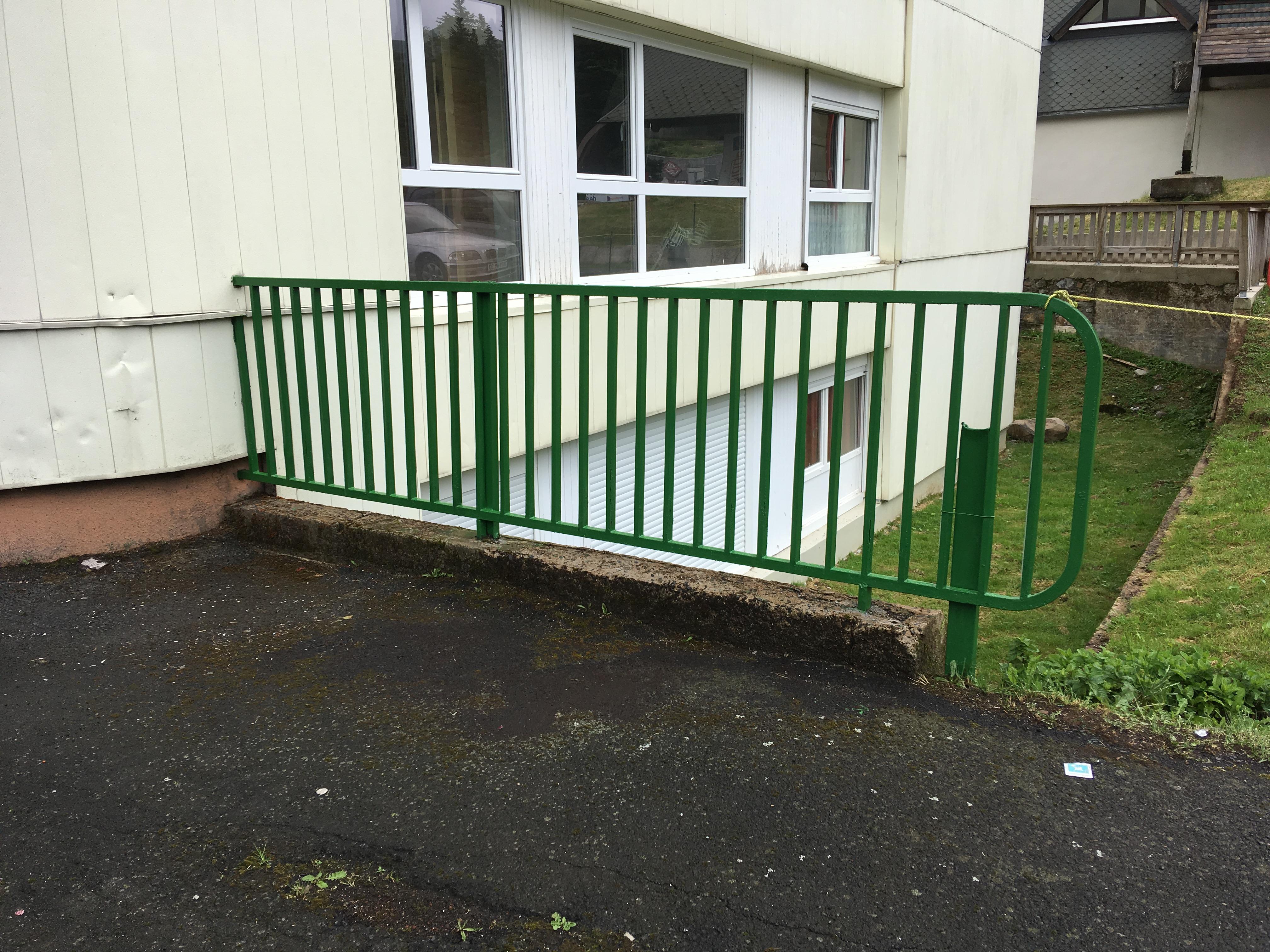 le gardien a peint la barrière verte et a nettoyé les fossés de Sumène