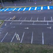 places matérialsées pour 25 autos et 2 motos