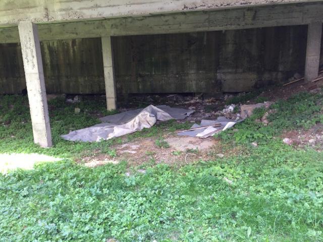 vieile moquette jetée dans le fossé de sumène
