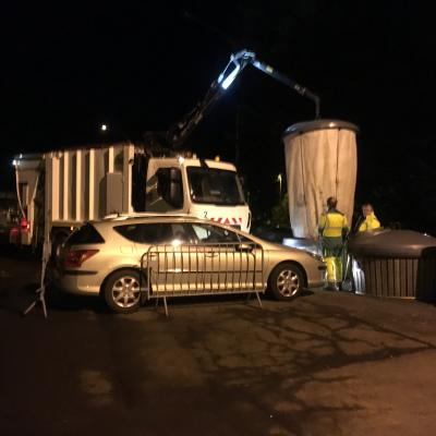 sam 23 fev 6h32 : une auto mal garée gêne la manoeuvre des camions collecteurs