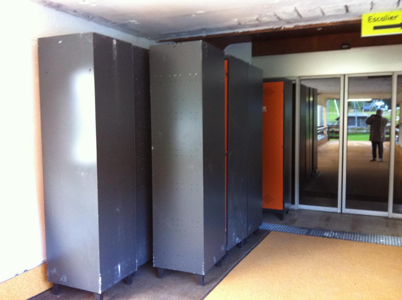 armoires à skis stockées dans entrée sud pendant les travaux