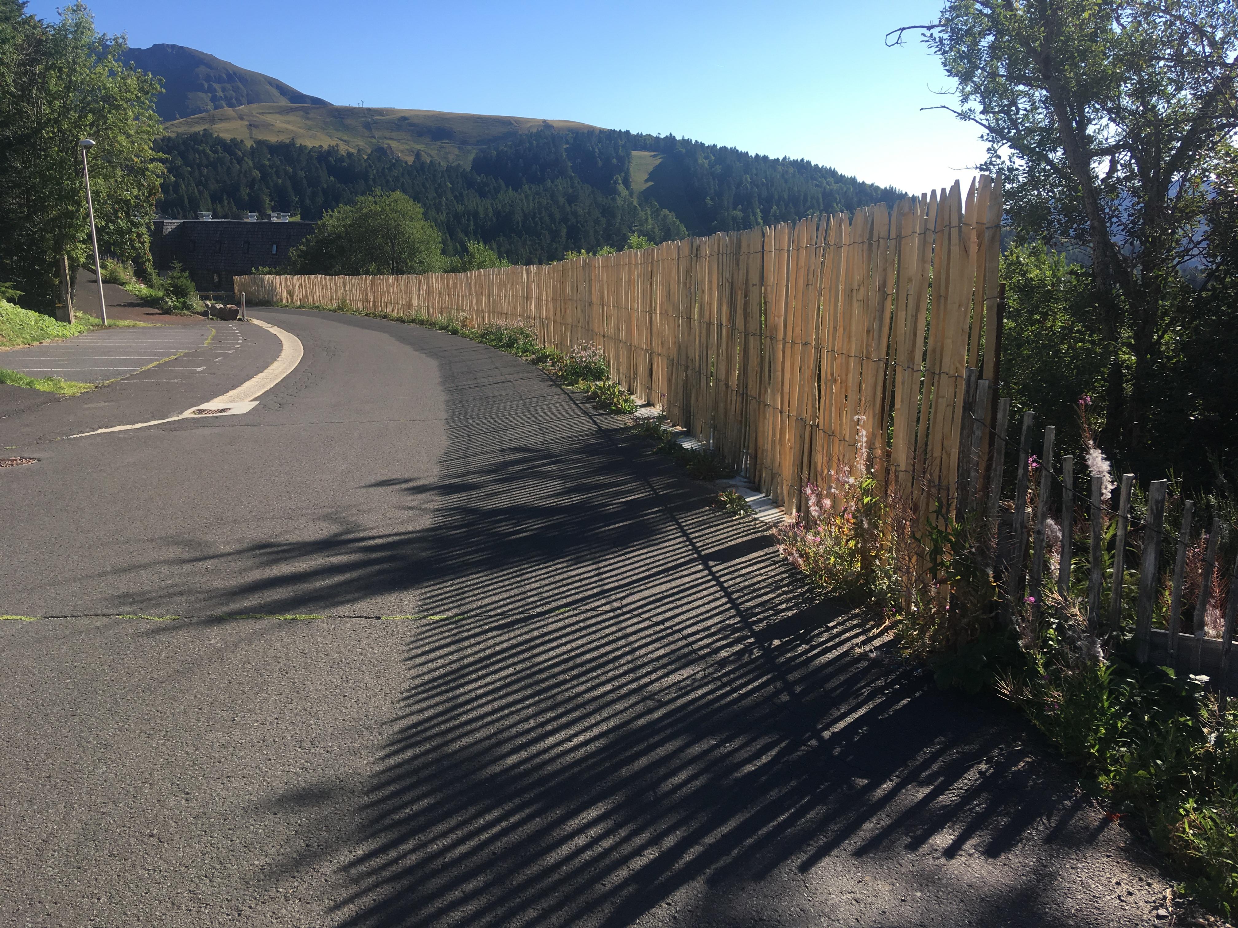 réfection  palissade protégeant les piétons sur le haut de la route du Rocher du cerf