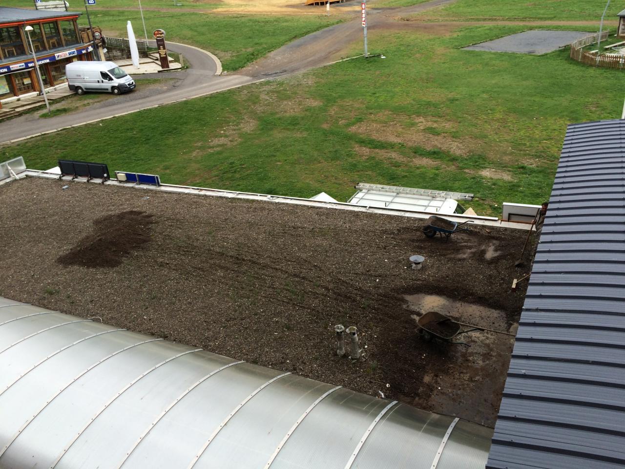 jeudi 11h : début du nettoyage de la toiture EST