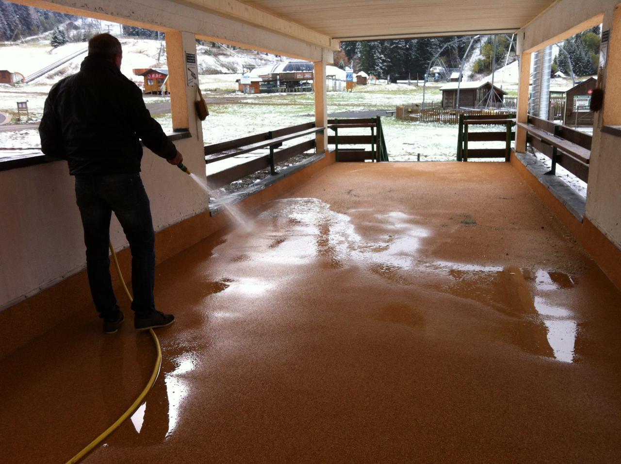nettoyage du sol passerelle au jet d'eau