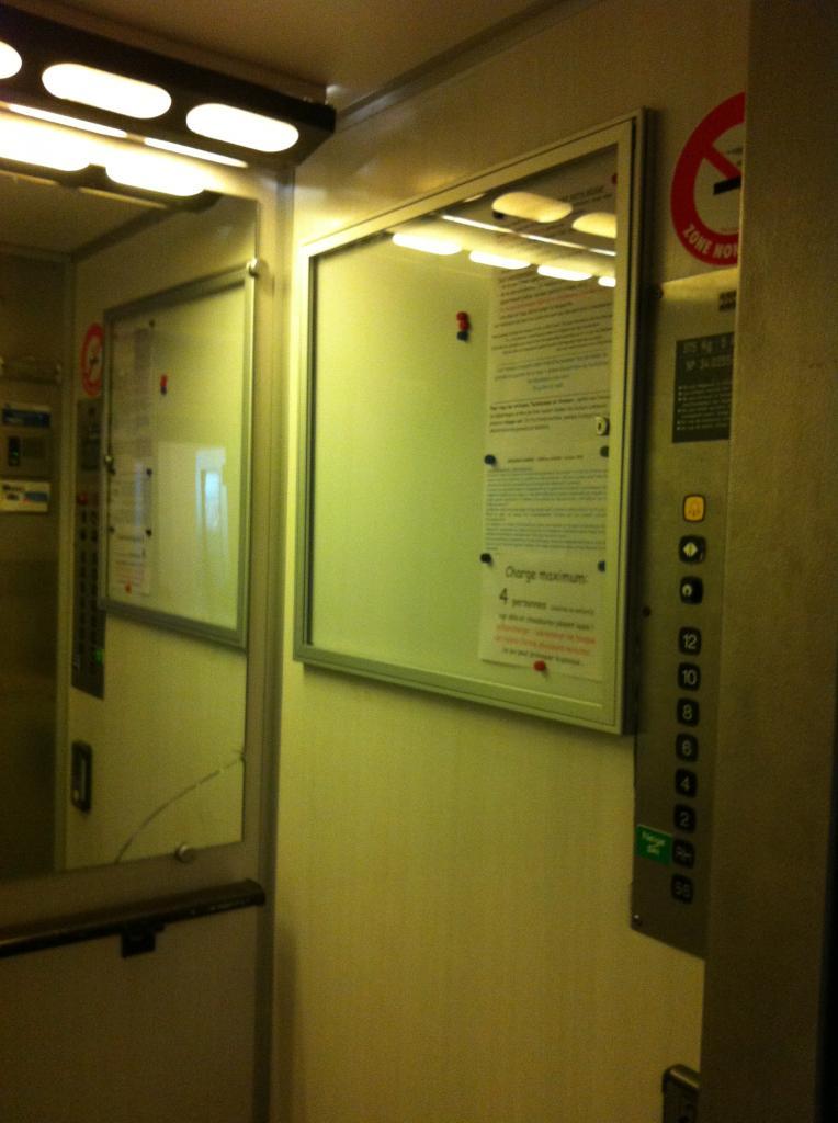 affichage protégé dans ascenseur