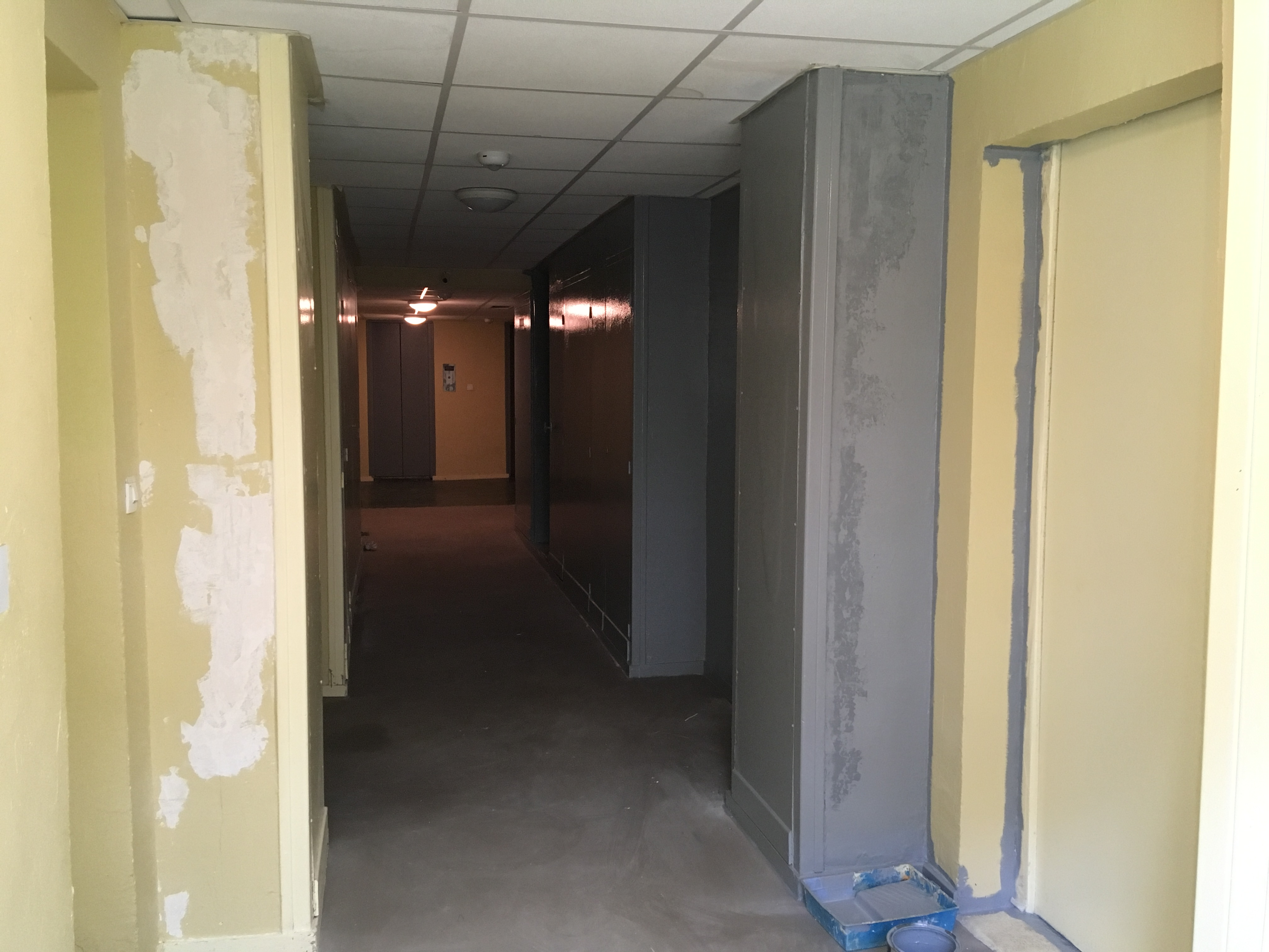 reprise peinture couloir sous sol par gardien