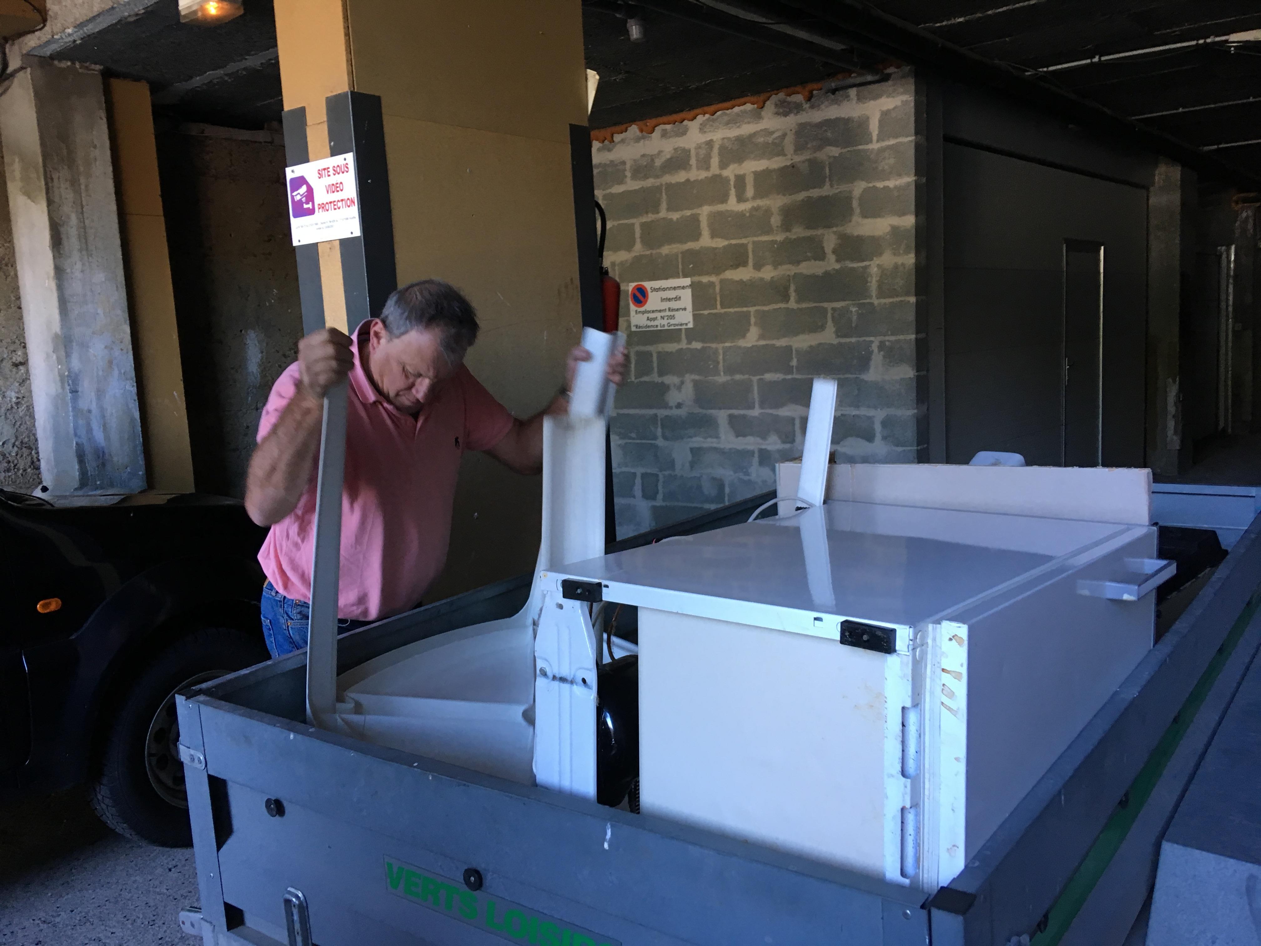 le gardien nettoie les sous sols et emporte les encombrants à la déchetterie