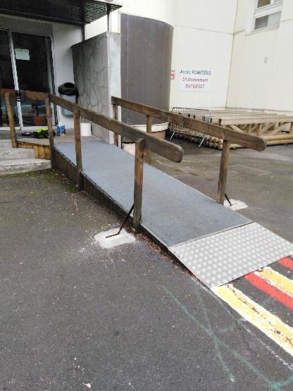 rampe d'accès consolidée et repeinte par gardien
