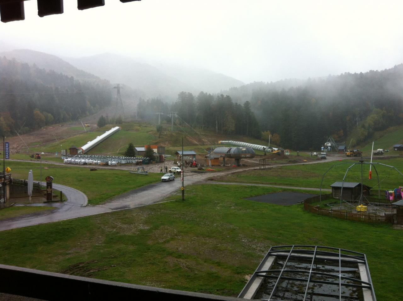 les canons à neige sont posés dans le brouillard .....