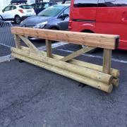 barrière en bois pour matérialiser les stationnments interdits