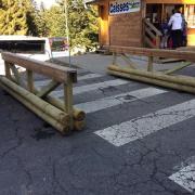 barrières en bois pour matérialiser les passages piétons