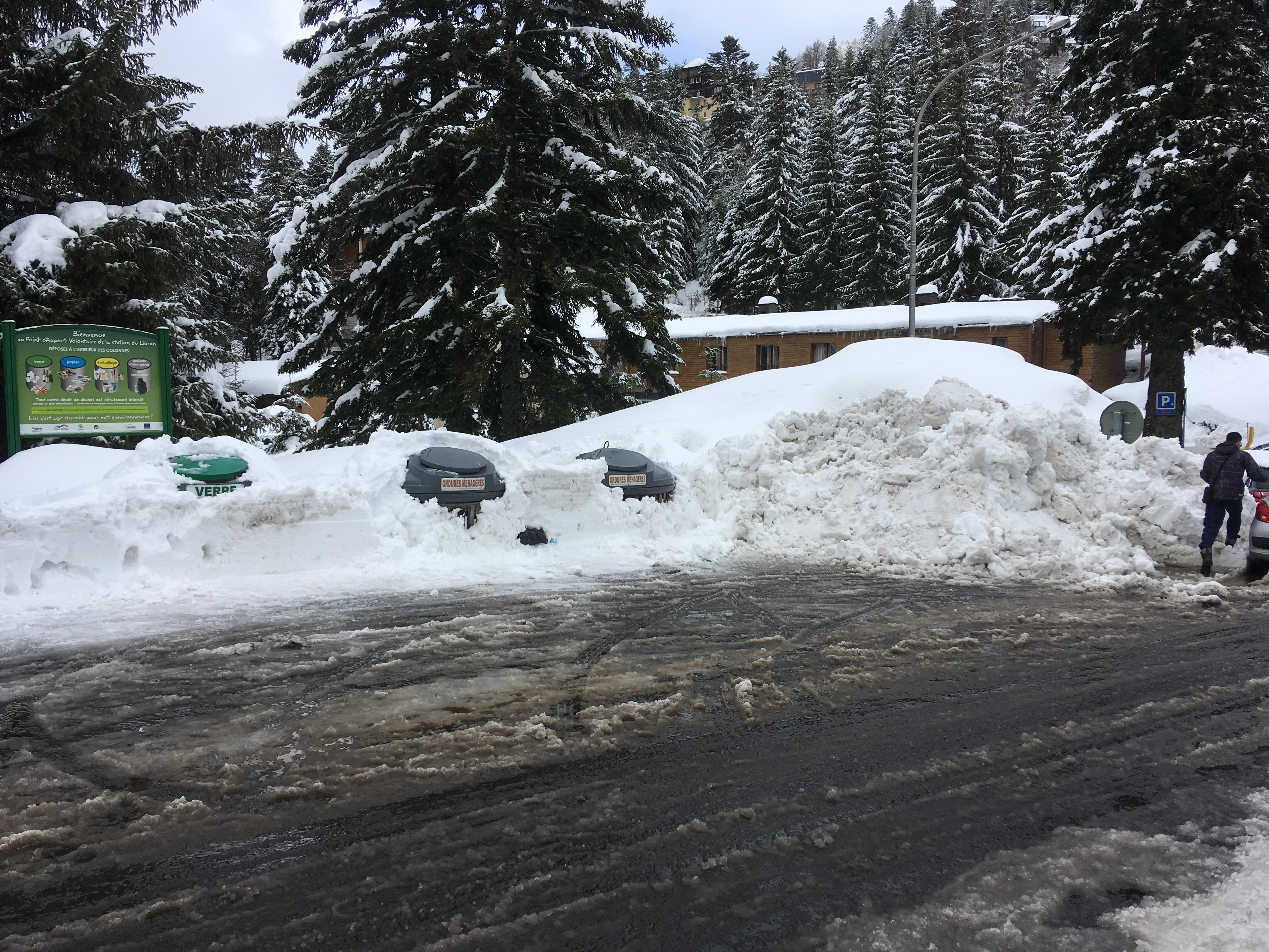 vendredi 1 er février  midi :  conteneurs ensevelis sous la neige
