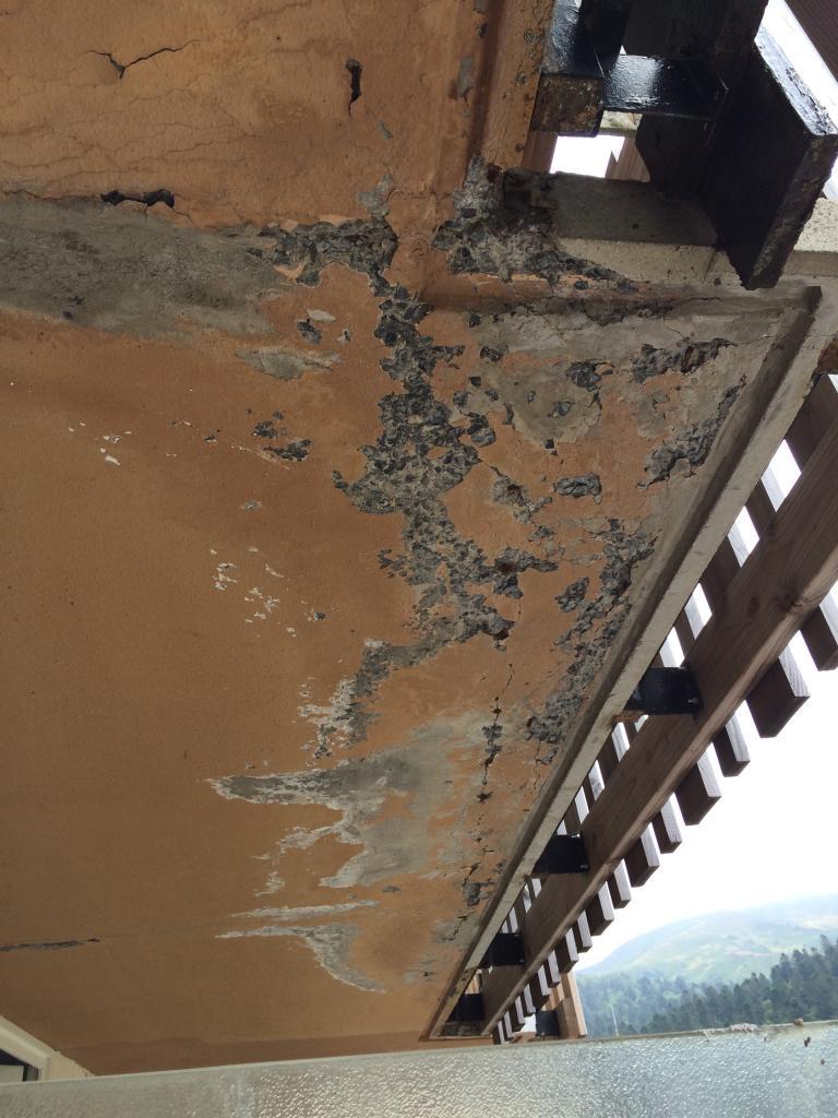 sous face d'une dalle de balcon très détériorée