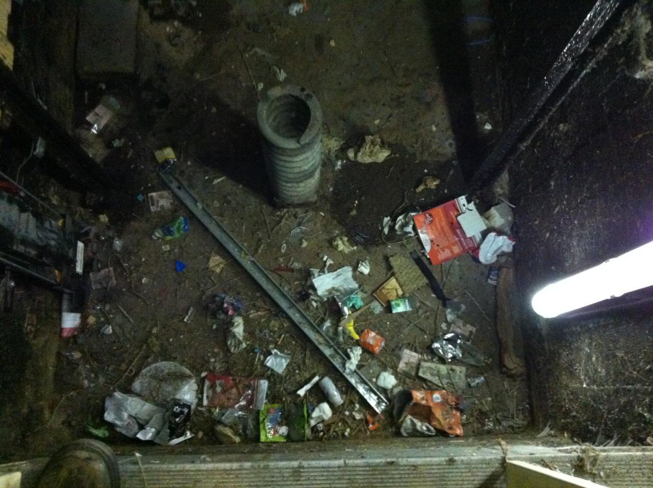 le sous sol du grand ascenseur : un dépôt d'ordures !!!!