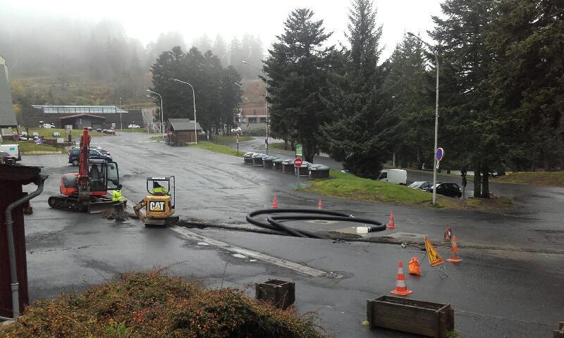 vendredi à 14h : les tuyaux déroulés sont prêts à être enfouis dans la tranchée