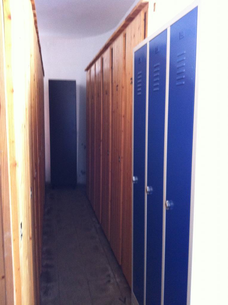 casiers stockés dans local 1 rangée de droite