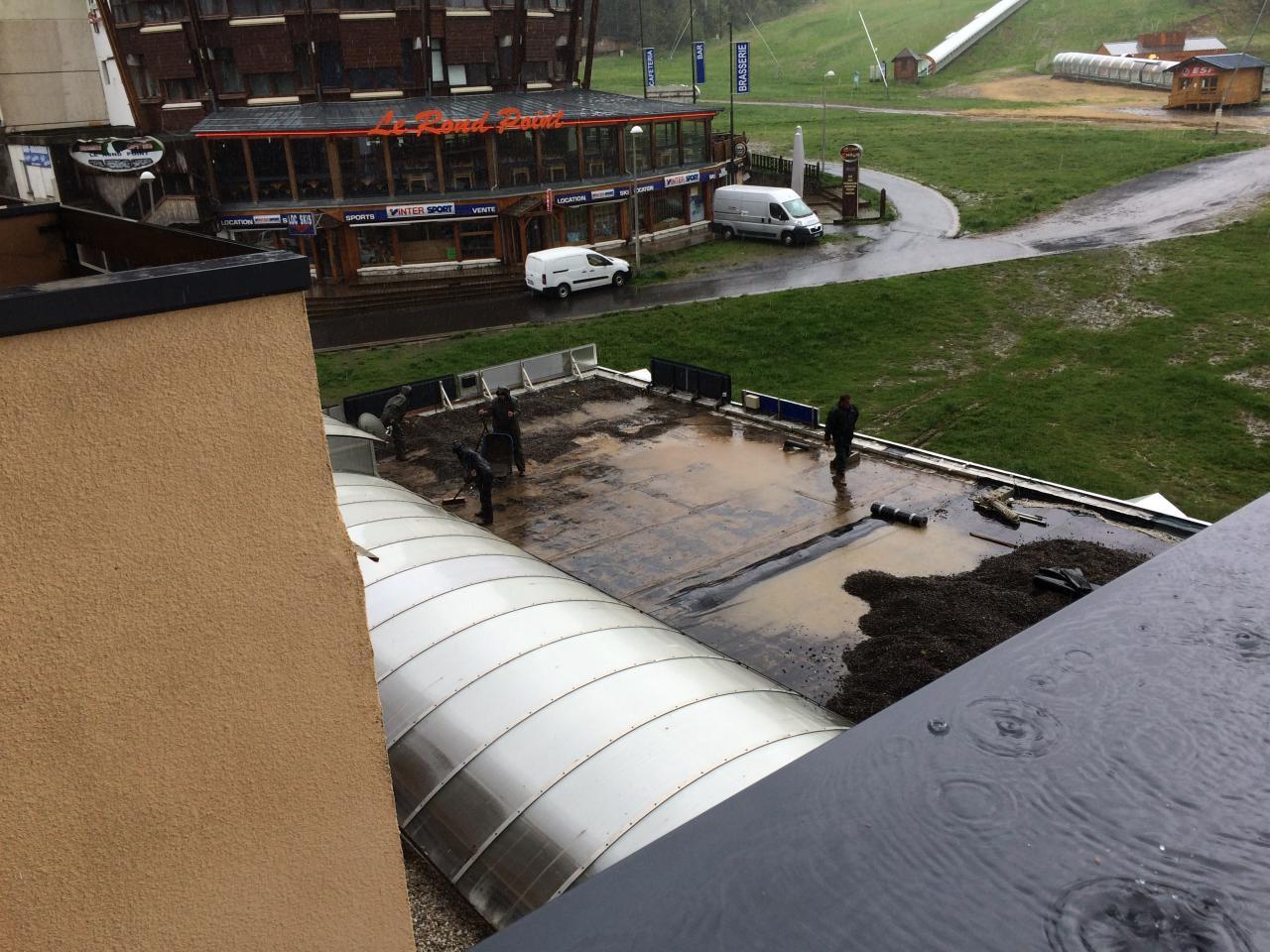 8206 travail sous pluie battante : déplacement gravette