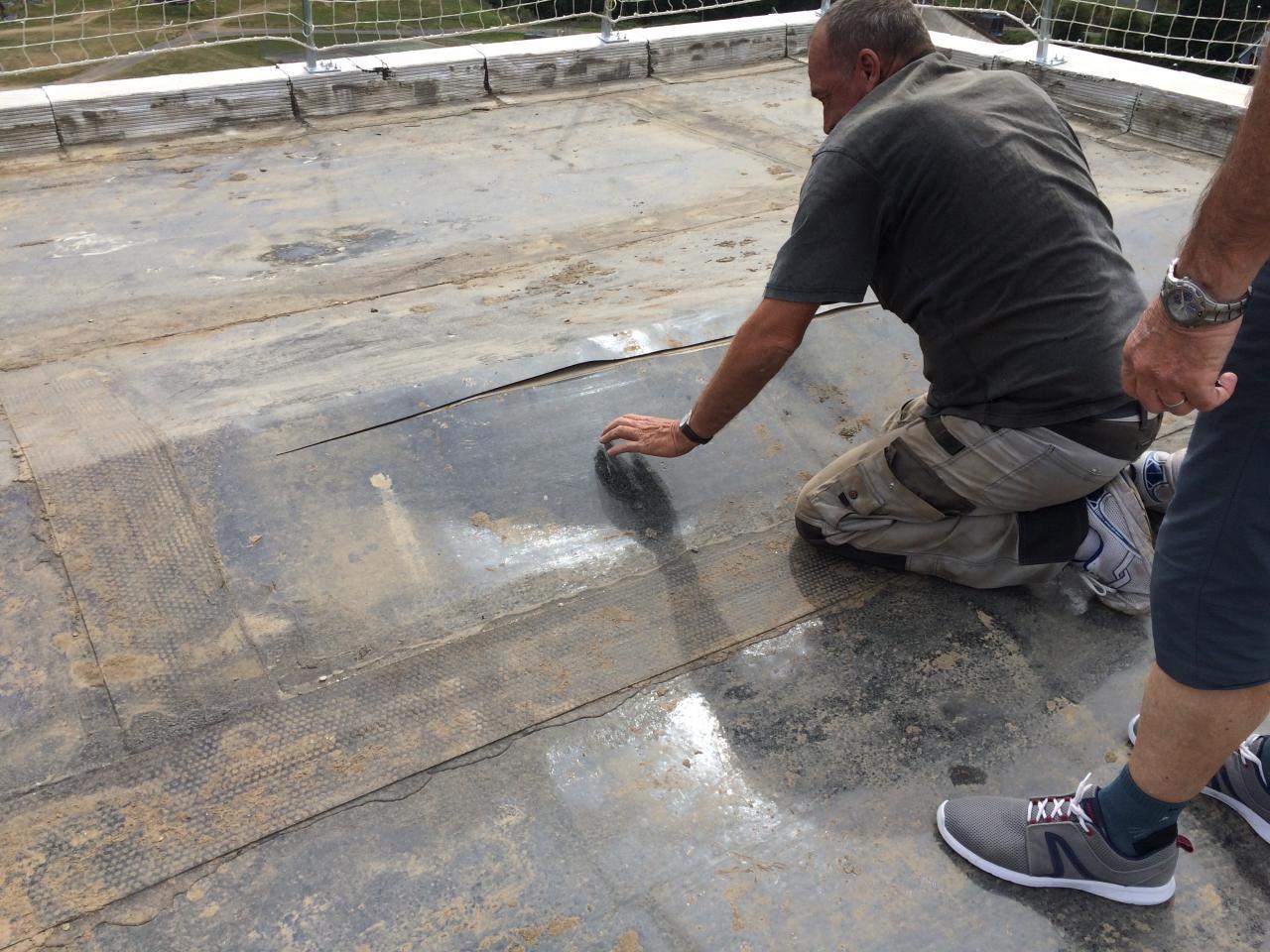23 état vieille étanchéité toiture : on coupe